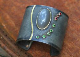 Armspange Silber geschwärzt, mit Mondstein, Tsavorith und Rhodolith