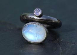 Silberring ruthenisiert Regenbogenmondstein und Amethyst